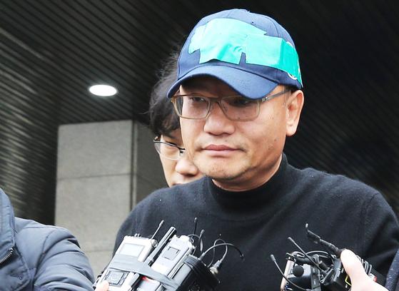 지난달 16일 검찰에 송치되기 위해 경찰서 나오는 양진호 회장[연합뉴스]