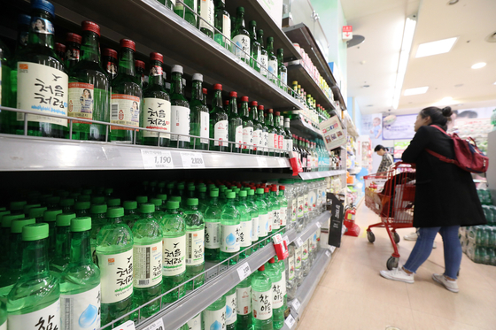 지난 10월 서울시내 한 대형마트에서 한 소비자가 소주를 구매하고 있다. [뉴스1]