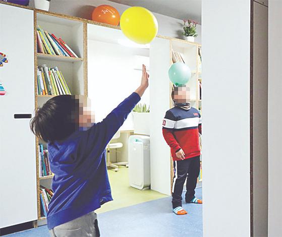 서울 노원구가 지난달 문 연 '아이휴센터'에서 이 동네 초등학생들이 모여 놀고 있다. [김경록 기자]