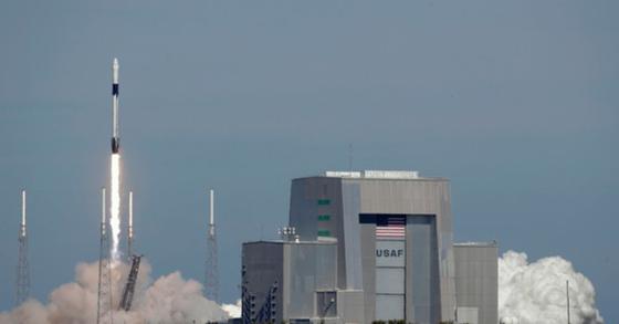 5일 오후 1시 16분 미국 플로리다 주 케이프 커내버럴 공군기지에서 스페이스X 팰컨 9 로켓이 발사되고 있다. [AP=연합뉴스]