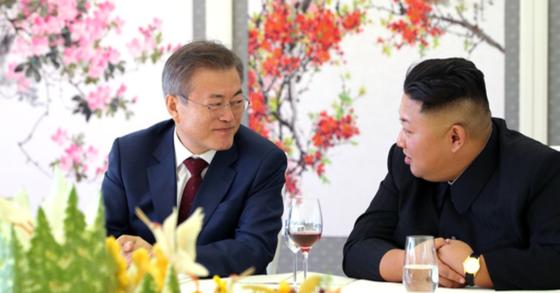 문재인 대통령과 김정은 국무위원장이 9월 20일 삼지연초대소에서 오찬을 하고 있다. [평양사진공동취재단]