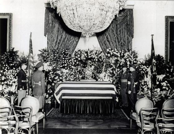 1945년 4월 14일 백악관 이스트룸에 있는 프랭클린 루스벨트 전 대통령의 관. [사진 FDR Library]