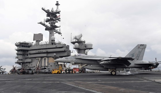 한미연합훈련인 독수리훈련(FE)과 키리졸브(KR) 훈련이 역대 최대 규모로 진행 중인 지난해 3월 14일 한반도 동남쪽 공해상에 도착한 미국 제3함대 소속의 핵항공모함인 칼빈슨함 비행갑판에 F/A-18 전투기가 착륙하고 있다. [사진 중앙포토]