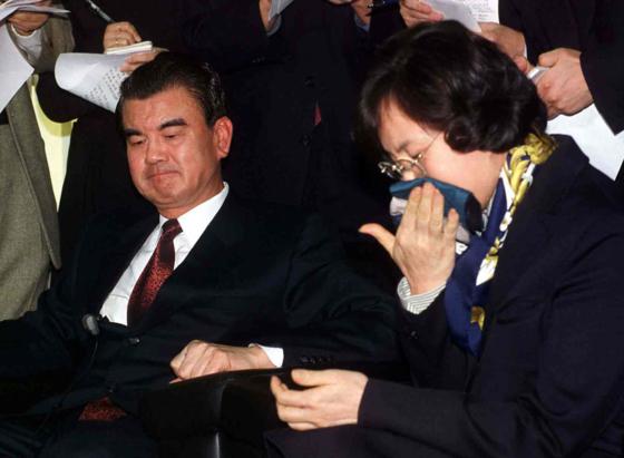 '옷 로비 사건' 당시 특별검사 사무실에 출두한 김태정(왼쪽) 전 법무장관과 부인 연정희(오른쪽)씨.
