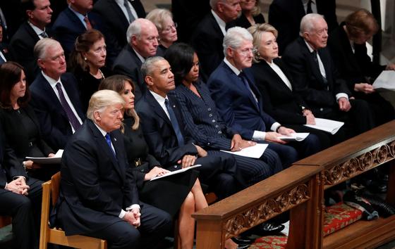 조지 H W 부시 전 대통령 장례식장에서 만난 도널드 트럼프 미 대통령과 버락 오바마, 빌 클린턴, 지미 카터 전 대통령 내외. [로이터=연합뉴스]