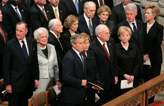 2004년 워싱턴국립대성당에서 열린 로널드 레이건 전 미 40대 대통령의 장례식. 43대 조지 W 부시 당시 대통령, 42대 빌 클린턴, 41대 조지 H W 부시, 39대 지미 카터, 38대 제럴드 포드 전 대통령 내외가 참석했다. [로이터=연합뉴스]
