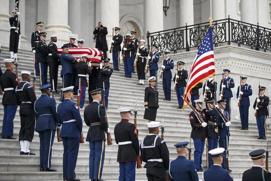 미 의장배 병사들이 5일(현지시간) 워싱턴 의사당에서 장례식장인 대성당으로 가기 위해 운구하고 있다. [UPI=연합뉴스]