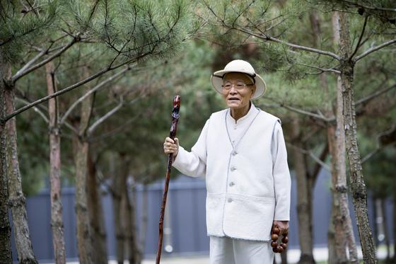 """상사원 뒤편의 소나무 밭을 걷던 좌산 상사는 """"내가 처음에 상사원에 올 때 심었던 소나무 묘목들이 벌써 이렇게 자랐다""""고 말했다."""