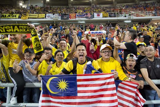 스즈키컵 결승에 진출한 말레이시아의 팬들이 환호하고 있다. [AP=연합뉴스]