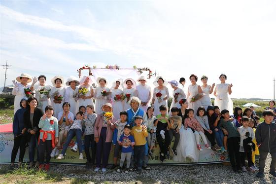 '김제 콩쥐팥쥐 네트워크' 농촌관광 프로그램의 하나인 콩쥐 꽃신 미니웨딩. [사진 한국농어촌공사]