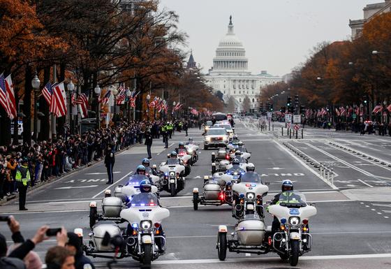 경찰들이 5일 조지 허버트 워커 부지 전 대통령의 리무진 운구차를 선도하고 있다.[로이터=연합뉴스]