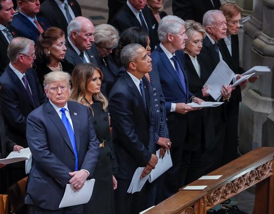 5일(현지시간) 트럼프 대통령 내외를 비롯해 미국의 전ㆍ현직 대통령 내외가 부시 전 대통령 장례식에 참석했다. [연합뉴스]