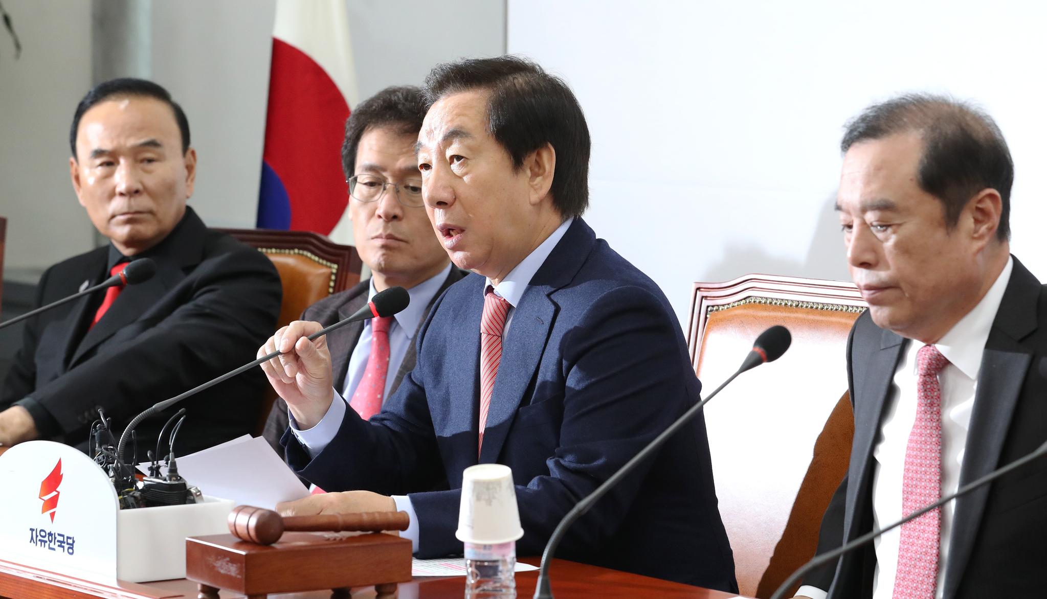 자유한국당 김성태 원내대표(오른쪽 두번째)가 6일 오전 국회에서 열린 비상대책위원회의에서 발언하고 있다. [연합뉴스]