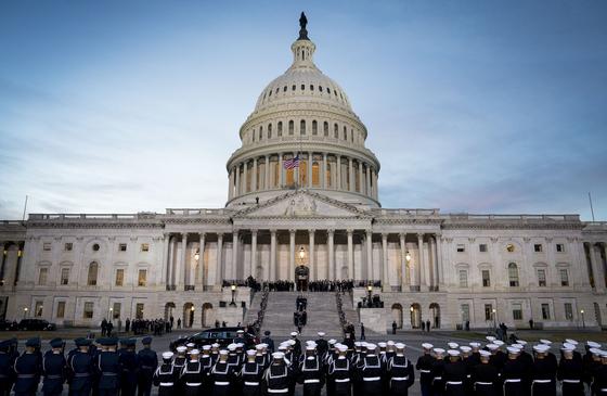 군 의장대가 3일(현지시간) 조지 부시 전 대통령의 관을 워싱턴 DC 의사당 중앙홀로 운구하고 있다. [AP=연합뉴스]
