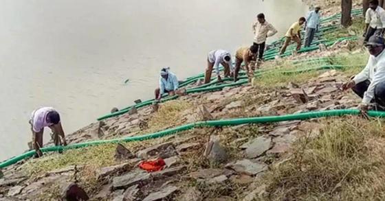 에이즈 보균자가 익사한 호수의 물을 빼는 인도 후발리 지역 관계자. [힌두스탄타임스 홈페이지 캡처=연합뉴스]