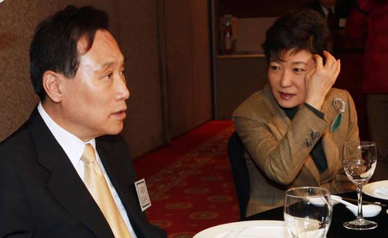박근혜 전 대통령이 2010년 국가미래연구원 발기인 대회에 참석해 김광두 서강대 당시 교수와 얘기하고 있다. [중앙포토]