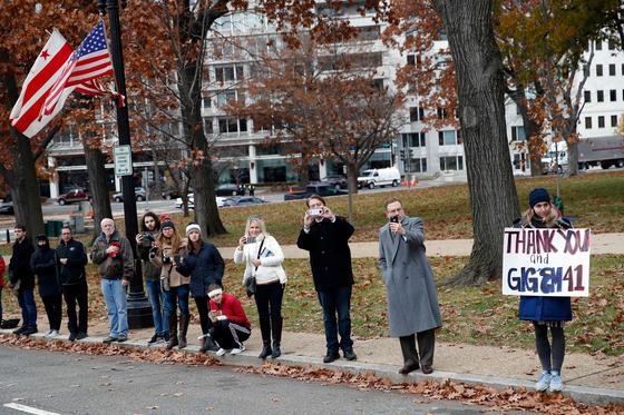 도로에 나온 시민들이 5일 조지 허버트 워커 부지 전 대통령의 리무진 운구차를 향해 피켓들 들고 애도하고 있다.[AFP=연합뉴스]
