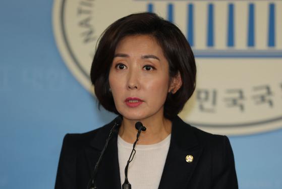 자유한국당 나경원 의원이 2일 오후 국회 정론관에서 기자회견을 열고 원내대표 선거 출마를 선언하고 있다. [연합뉴스]