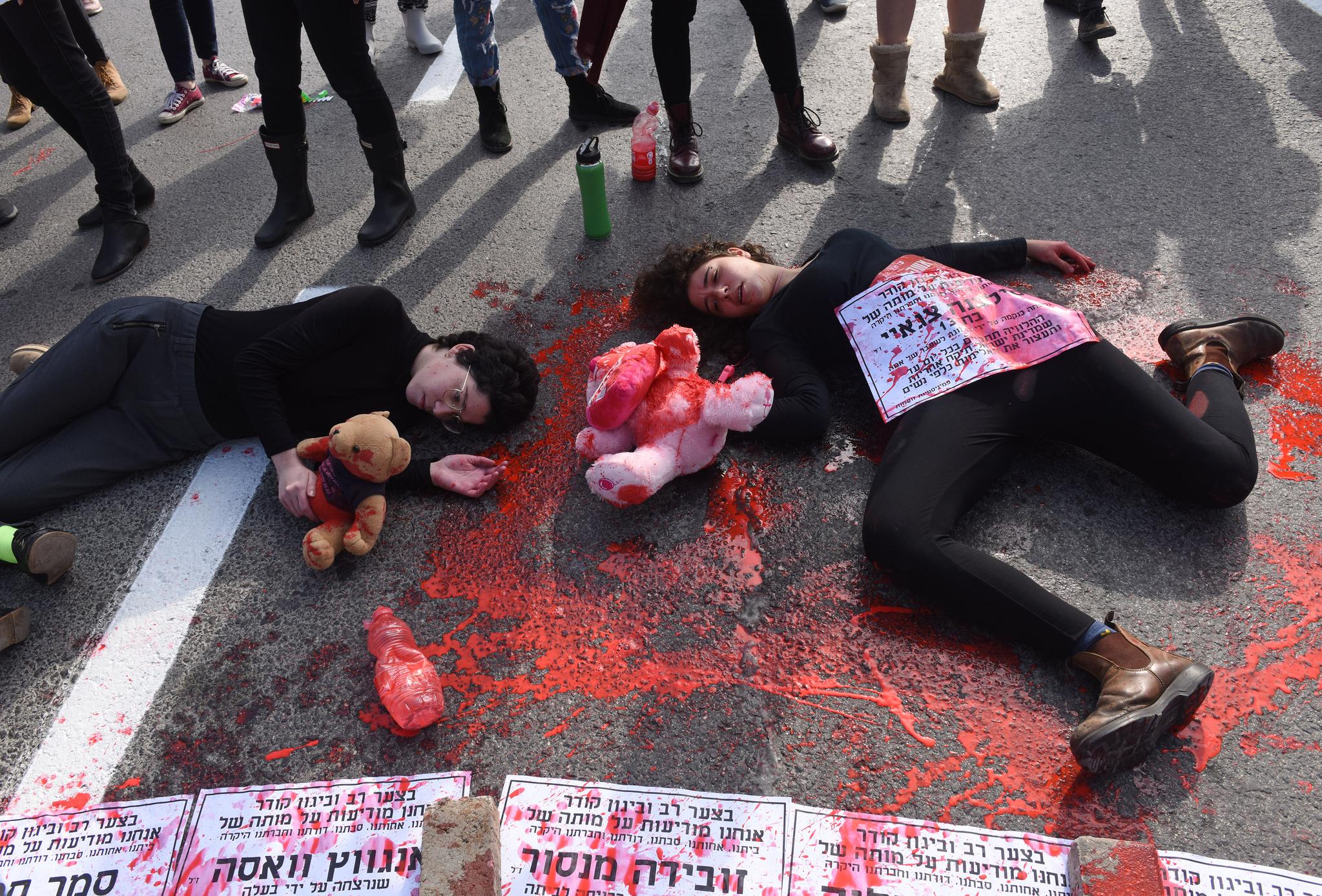 4일(현지시간) 이스라엘 여성들이 예루살렘으로 가는 정문을 막고 시위를 벌이고 있다. [UPI=연합뉴스]