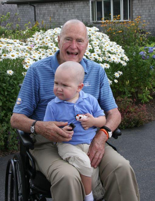 2013년 7월 당시 89세의 부시 전 대통령이 갑자기 삭발하고 나타났다. 백혈병 치료로 머리카락을 잃은 경호원의 아들 패트릭(당시 2살)에게 용기를 주려고 경호원들이 삭발을 하자 본인도 자진헤서 동참했다. [사진 트위터]