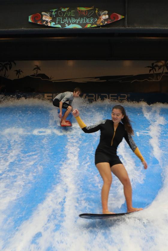 롯데 프리미엄 아울렛 기흥점 내부에 들어선 실내 서핑장. 1분에 약 11만t이 넘는 물이 쏟아져 인공파도를 즐길 수 있다. [사진 롯데쇼핑]