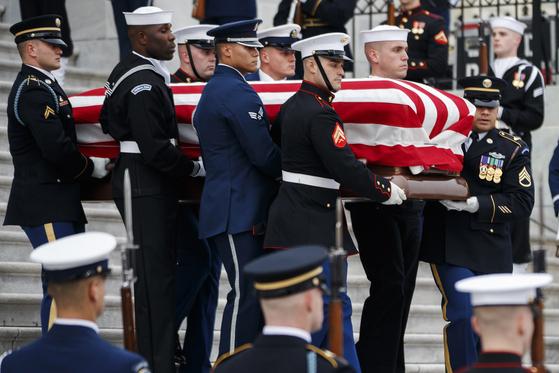 5일 미군들이 성조기로 감싼 조지 H W 부시 전 대통령의 관을 들고 있다. [AP=연합뉴스]