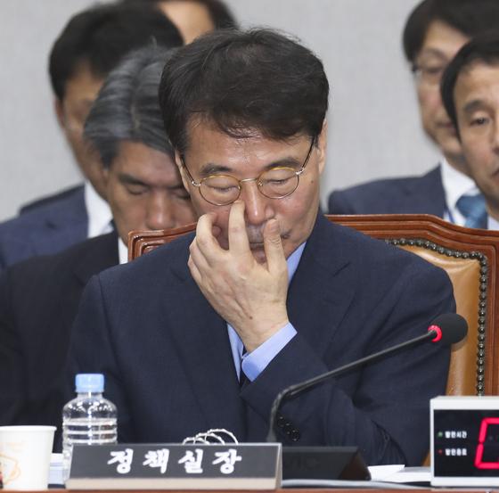 장하성 정책실장이 11월 6일 국회에서 열린 국회 운영위원회의 청와대에 대한 국정감사에서 의원들 질의를 들으며 얼굴을 만지고 있다. [임현동 기자]