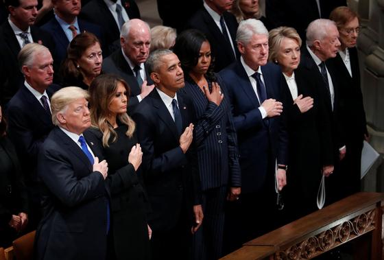 5일 조지 H.W. 부시 대통령의 장례식에 도널드 트럼프 대통령, 버락 오바마, 빌 클린턴, 지미 카터 전 대통령 부부가 맨 앞줄에 앉아 참석했다. 트럼프 대통령이 지난해 1월 취임 이후 처음으로 생존한 전직 대통령 전원과 나란히 한 자리다. [로이터=연합뉴스]