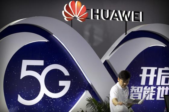 지난 9월 중국 베이징에서 열린 PT엑스포에서 5G 무선장비기술을 선보인 화웨이 부스의 모습. [AP=연합뉴스]