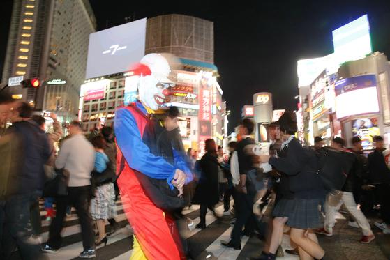 할로윈인 지난 10월 31일 도쿄 시부야 거리의 교차로를 할로윈 분장을 한 사람이 건너고 있다. [사진=지지통신 제공]