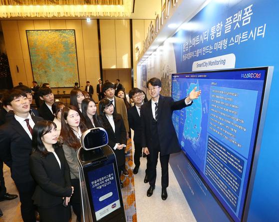 한글과컴퓨터그룹이 6일 서울 광화문에서 신사업 전략발표 기자간담회를 열고 한컴 스마트시티 통합 플랫폼을 선보였다. [사진 한컴그룹]