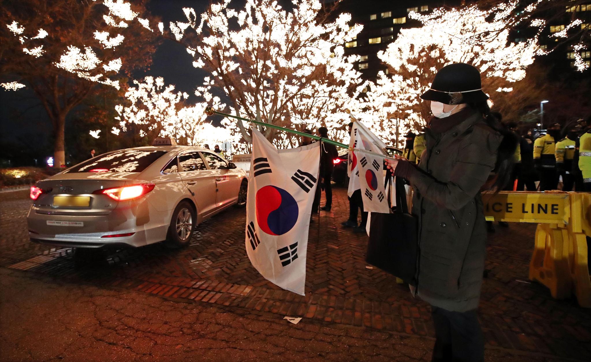 아키히토(明仁) 일왕 생일 기념 리셉션이 열린 6일 오후 그랜드하얏트서울에서 한 시민이 태극기를 들고 1인 시위를 하고 있다. [연합뉴스]