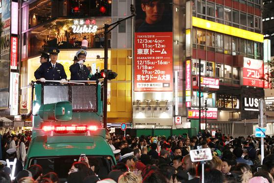 할로윈인 지난 10월 31일 일본 경찰들이 도쿄 시부야 거리에 몰려든 인파들을 통제하고 있다. [사진=지지통신 제공]
