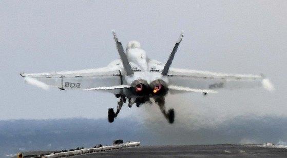 日 상공서 美 전투기-급유기 충돌… 1명 구조, 6명 실종