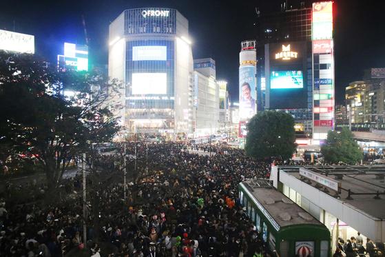 할로윈인 지난 10월 31일 도쿄 시부야 거리에 몰려든 인파들 [사진=지지통신 제공]