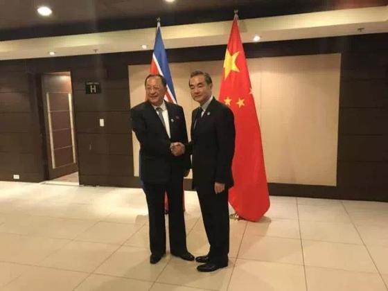 2017년 8월 아세안지역안보포럼(ARF)에서 만난 왕이 중국 외교부장(오른쪽)과 이용호 북한 외무상 [중앙포토]