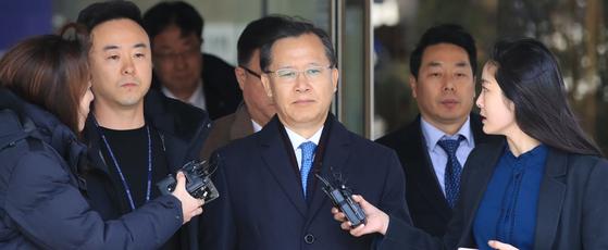 박병대 전 대법관이 6일 오후 서울 서초구 중앙지법에 열린 구속 전 피의자 심문(영장실질심사)을 마친 뒤 밖으로 나서고 있다. [연합뉴스]