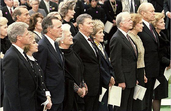 1994년 4월 캘리포니아에서 열린 리처드 닉슨 37대 미 전 대통령의 장례식. 당시 대통령이었던 42대 빌 클린턴 전 대통령과 41대 조지 H W 부시, 40대 로널드 레이건, 39대 지미 카터, 38대 제럴드 포드 전 대통령 내외가 참석했다. [중앙포토]