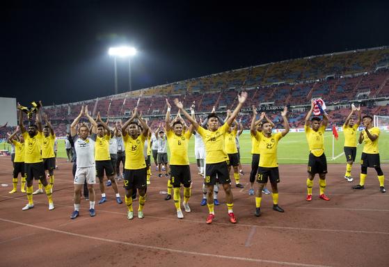 태국을 꺾고 스즈키컵 결승에 진출한 직후 팬들과 함께 환호하는 말레이시아 선수들. [AP=연합뉴스]
