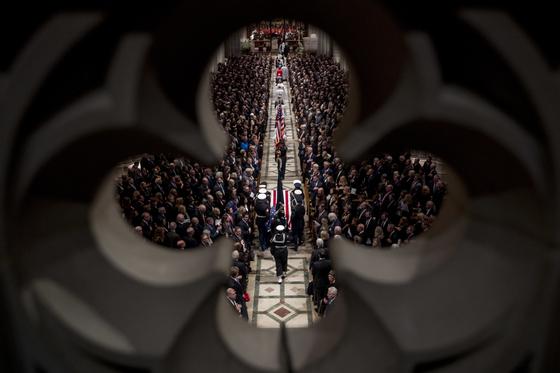 조지 허버트 워커 부시 전 대통령의 관이 워싱턴 대성당으로 들어가고 있다. [AP=연합뉴스]