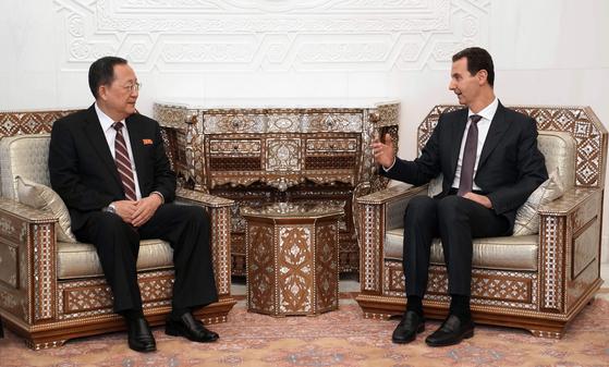 바샤르 알아사드 시리아 대통령(오른쪽) 면담한 이용호 북한 외무상 [AFP=연합뉴스]