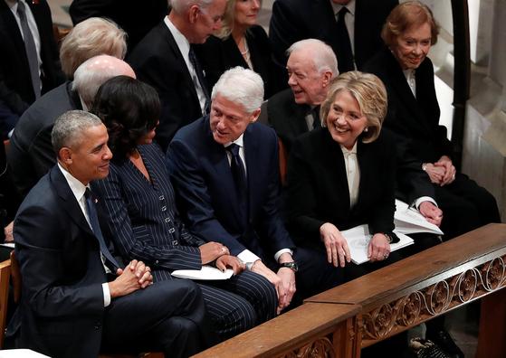 조지 H W 부시 전 대통령 장례식장에서 만난 버락 오바마, 빌 클린턴, 지미 카터 전 대통령 내외. [로이터=연합뉴스]