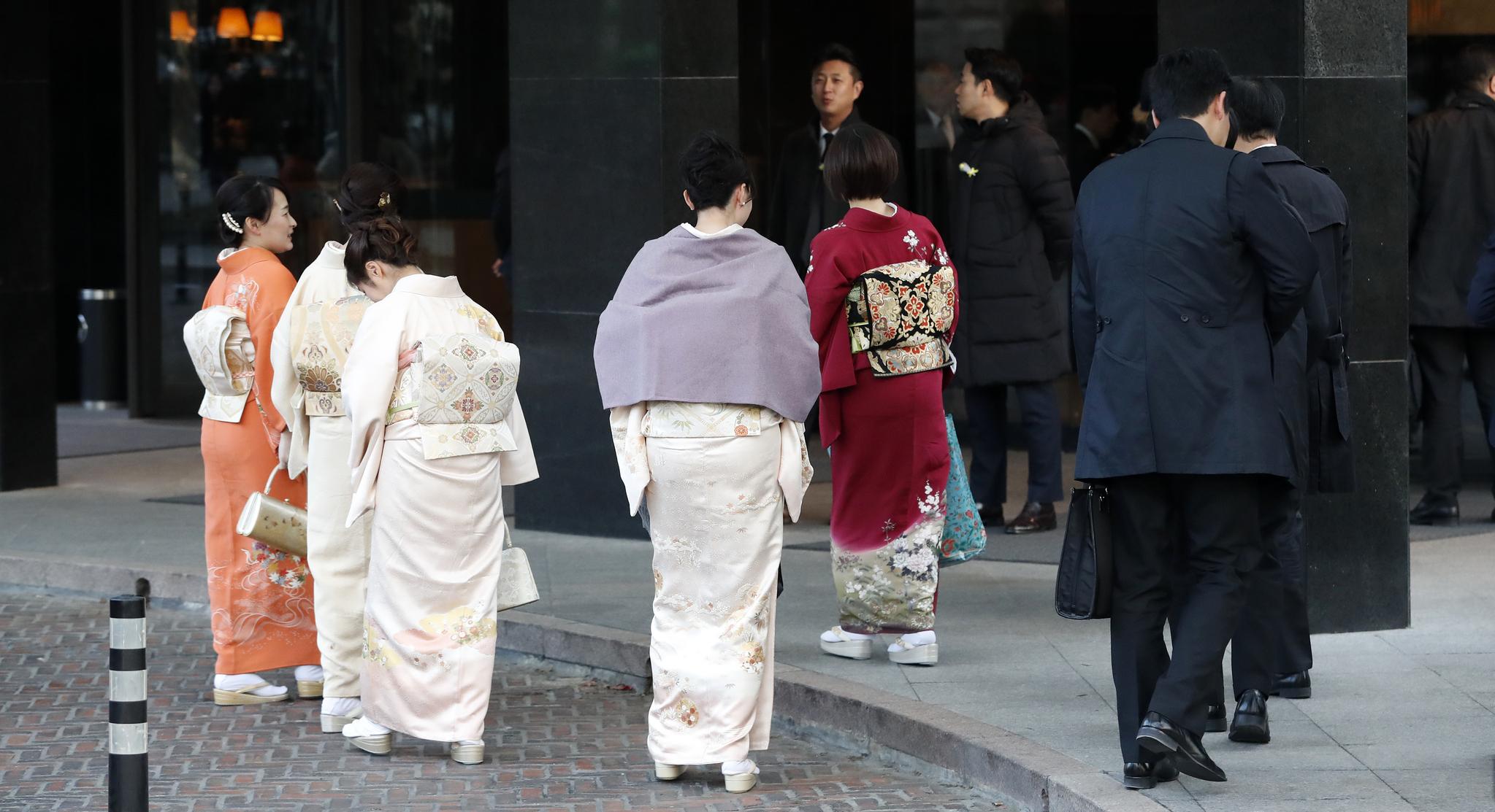 6일 오후 아키히토 일왕의 생일기념 리셉션이 열리는 서울 용산구 그랜드하얏트 서울 호텔에서 기모노를 입은 리셉션 참가자들이 발걸음을 옮기고 있다. 한편 아키히토 일왕은 내년 4월30일 퇴위하고, 아들 나루히토 왕세자가 5월1일 왕위에 오른다. [뉴스1]