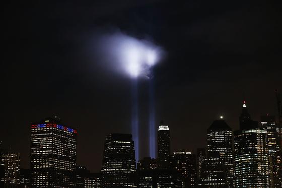 지난 9월 11일 미국 뉴욕시의 그라운드 제로에서 9·11 테러를 추모하는 두 불빛이 쏘아올려지고 있다. 두 빛은 월드트레이드센터 쌍둥이 타워를 형상화한 것이다. [AFP=연합뉴스]