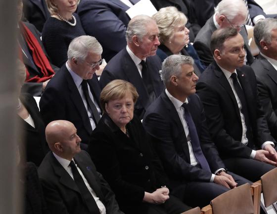 앙겔라 메르켈 독일 총리(앞줄 둘째) 등 각국 대표들이 장례식장에 참석해 있다.[AP=연합뉴스]