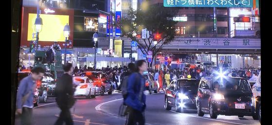 할로윈을 앞두고 일부 젊은이들이 마치 폭도처럼 변했던 지난 10월 28일 도쿄 시부야 거리의 모습 [TV아사히 화면 캡쳐]