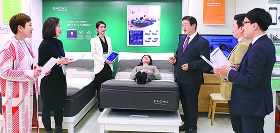 [사진] 에몬스 신제품 회장이 설명