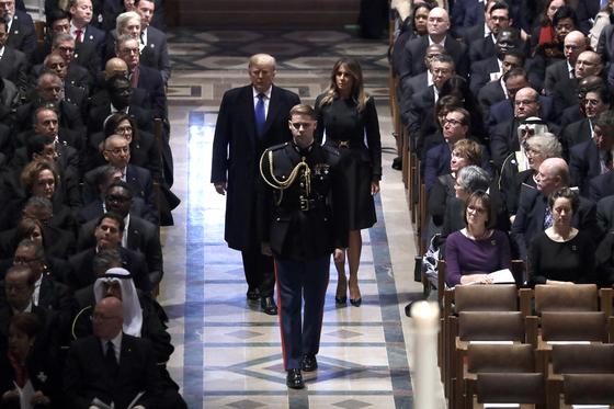 도널드 트럼프 대통령 내외가 5일 대성당으로 들어오고 있다. [AFP=연합뉴스]