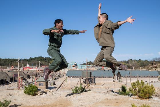 '스윙키즈'는 한국전쟁 당시 인민군 포로가 탭댄스에 빠져드는 이야기다. [사진 각 영화사]