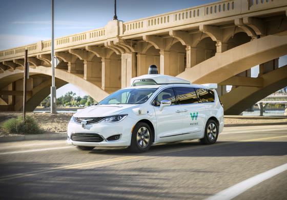 5일(현지시간) 애리조나주 피닉스에서 세계 첫 자율주행 상용서비스를 개시한 웨이모 차량. [AP=연합뉴스]